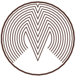 """Logotip Mizarstva Makovec je stilizirana zaokrožena črka """"M"""" postavljena v kroga in večkrat ponovljena, z vsako ponovitvijo je manjša, dokler ne zapolni kroga."""