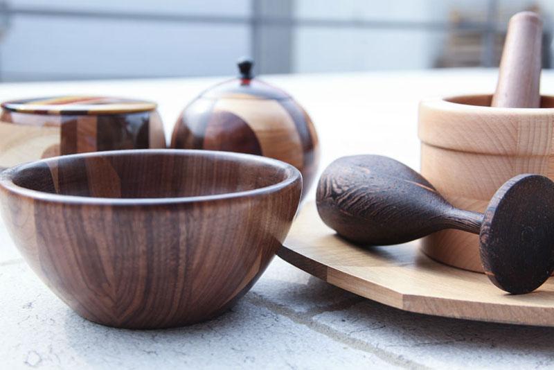 Leseni izdelki razstavljena na kamniti podlagi.