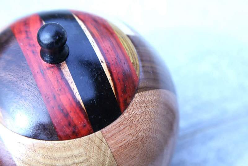 Leseni izdelki, s pokrovom pokrita okrogla lesena skleda. Dekor Mizarstva Makovec